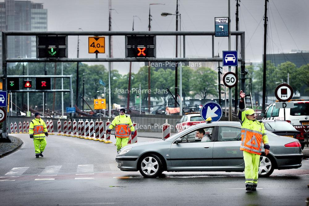Nederland, Amsterdam , 13 juli 2011..Verkeersregelaars bij de IJtunnel vanaf de kant naar het centrum..Deze is afges;oten tot grote ergernis van de winkeliers in Amsterdam Noord..Foto:Jean-Pierre Jans