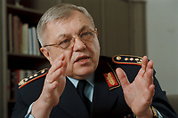 18 DEC 2000, BERLIN/GERMANY:<br /> Harald Kujat, Generalinspekteur der Bundeswehr, während einem Interview in seinem Buero, Julius-Leber-Kaserne<br /> Harald Kujat, General Inspector of the Federal German Armed Forces, during an interview, in his office, Julius-Leber -Kaserne<br /> IMAGE: 20001218-02/01-19<br /> KEYWORDS: General, Armee, Luftwaffe