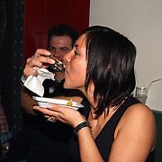 Verjaardag Sonja Silva, meisje eet oesters