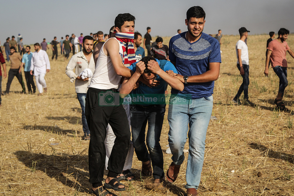 June 10, 2017 - Jabalia, Gaza, Occupied Territories - Palestinian protesters take cover during clashes with Israeli security forces following a demonstration against the blockade protest near the border fence east of Jabalia refugee camp. (Credit Image: © Nidal Alwaheidi/Pacific Press via ZUMA Wire)