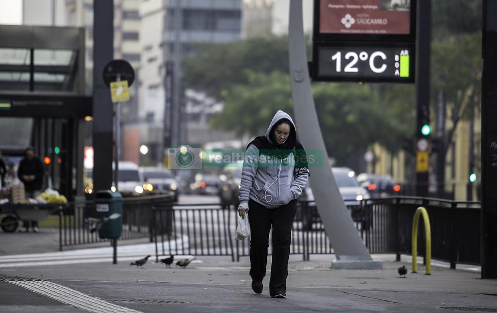 August 7, 2017 - Pessoa caminha em meio ao frio na manhã desta segunda-feira (07) na Avenida Paulista. São Paulo amanheceu com temperatura média de 10 graus. (Credit Image: © Bruno Rocha/Fotoarena via ZUMA Press)