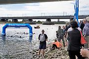 Nederland, Nijmegen, 9-9-2018Swim to fight cancer. In navolging van de zwemmer Maarten van der Weide worden her en der in het land sponsor zwemmarathons gehouden. Hier in de Spiegelwaal bij Nijmegen.Er werd 131.000 euro opgehaald door zwemmers die zich lieten sponsoren.Foto: Flip Franssen