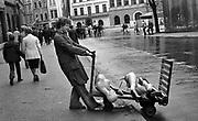 Mężczyzna wiozący manekiny do sklepu z odzieża. Kraków, koniec lat 70. XX wieku.