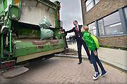 Minister Kamp opent een nieuw warmtenet in Nijmegen. Benutting van warmte levert een belangrijke bijdrage aan de energievoorziening van de toekomst. Het warmtenet in Nijmegen zorgt dat de restwarmte van een afvalenergiecentrale, afvalverbrandingscentrale,  de ARN, wordt gebruikt voor het verwarmen van veertienduizend woningen en bedrijven. Dit levert 70 procent minder CO2-uitstoot op ten opzichte van een warmtevoorziening met HR-gasketels.Symbolisch gooide de minister met een leerling van de basisschool een zak afval in een vuilniswagen van de DAR.FOTO: FLIP FRANSSEN/ HOLLANDSE HOOGTE
