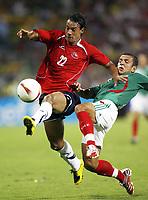 Fotball<br /> Copa America 2007<br /> 05.07.2007<br /> Foto: imago/Digitalsport<br /> NORWAY ONLY<br /> <br /> Mexico v Chile<br /> Juan Gonzalo Lorca (Chile, li.) gegen Jaime Lozano (Mexiko)