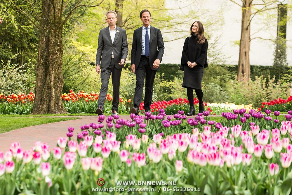 NLD/Lisse/20190417 - Minister Rutte doopt tulp inde Keukenhof, Minister-president Mark Rutte wordt samen met Gallit Dobner (Canadese ambassade) rondgeleid in de Keukenhof door Bart Siemerink