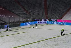 15.02.2021, Allianz Arena, Muenchen, GER, 1. FBL, FC Bayern Muenchen vs DSC Arminia Bielefeld, 21. Runde, im Bild feature die linen werden vom Schnee befreit // during the German Bundesliga 21th round match between FC Bayern Muenchen and DSC Arminia Bielefeld at the Allianz Arena in Muenchen, Germany on 2021/02/15. EXPA Pictures © 2021, PhotoCredit: EXPA/ nordphoto GmbH / Straubmeier