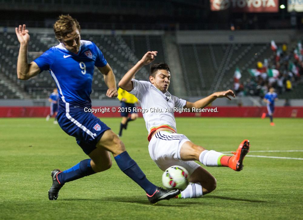 4月22日,美國隊球員Jordan Morris(右)與墨西哥隊球員Louis Solorio(左)在比賽中爭球。當天晚上,在美國洛杉磯家得寶中心球場舉行的國際足球友誼賽中,美國隊對陣墨西哥隊。美國隊以3-0戰勝墨西哥隊。(新華社發 趙漢榮攝)<br /> Mexico's defender  Louis Solorio #3, right, and United States' forward Jordan Morris #9 battle for a ball during a men's national team international friendly match, April 22, 2015, at StubHub Center in Carson, California, United State. United States won 3-0. (Xinhua/Zhao Hanrong)(Photo by Ringo Chiu/PHOTOFORMULA.com)