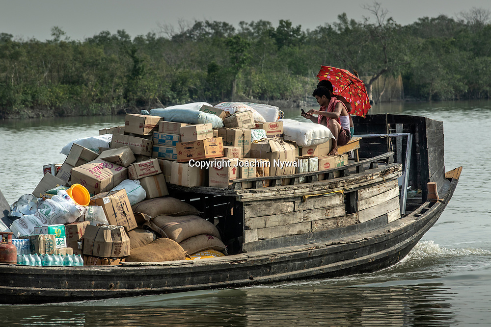 2019 10. 05  Sunderbans West Bengal Indien<br /> Lastbåt på floden<br /> <br /> ----<br /> FOTO : JOACHIM NYWALL KOD 0708840825_1<br /> COPYRIGHT JOACHIM NYWALL<br /> <br /> ***BETALBILD***<br /> Redovisas till <br /> NYWALL MEDIA AB<br /> Strandgatan 30<br /> 461 31 Trollhättan<br /> Prislista enl BLF , om inget annat avtalas.