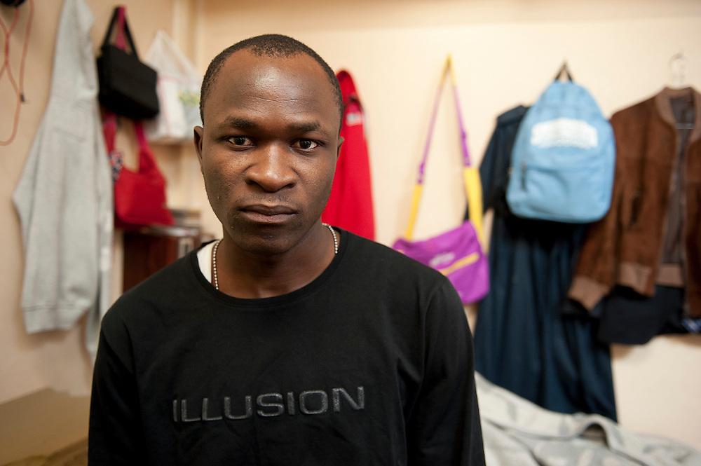 Lamine Traore, wilde profvoetballer in Frankrijk worden, in een gemeenschappelijke slaapkamer in een kraakpand. Sinds 2011 wonen 150 Afrikaanse migranten in een voormalige fabriek in de Parijse voorstand Montreuil, omdat ze illegaal in Frankrijk verblijven, kunnen ze geen woonruimte huren. In het 450 m2 grote pand wonen jonge mannen uit Malië, Ivoorkust, Bukina Faso, Niger.