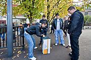 Londyn, 2009-10-23. Rosyjsko języczni mężczyźni grający w gry hazardowe na bulwarach TAmizy