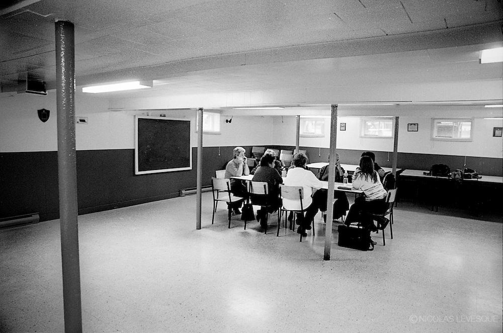 Remplir le temps. Réunions et organismes communautaires. Matane, Gaspésie, Québec, Canada 2002.