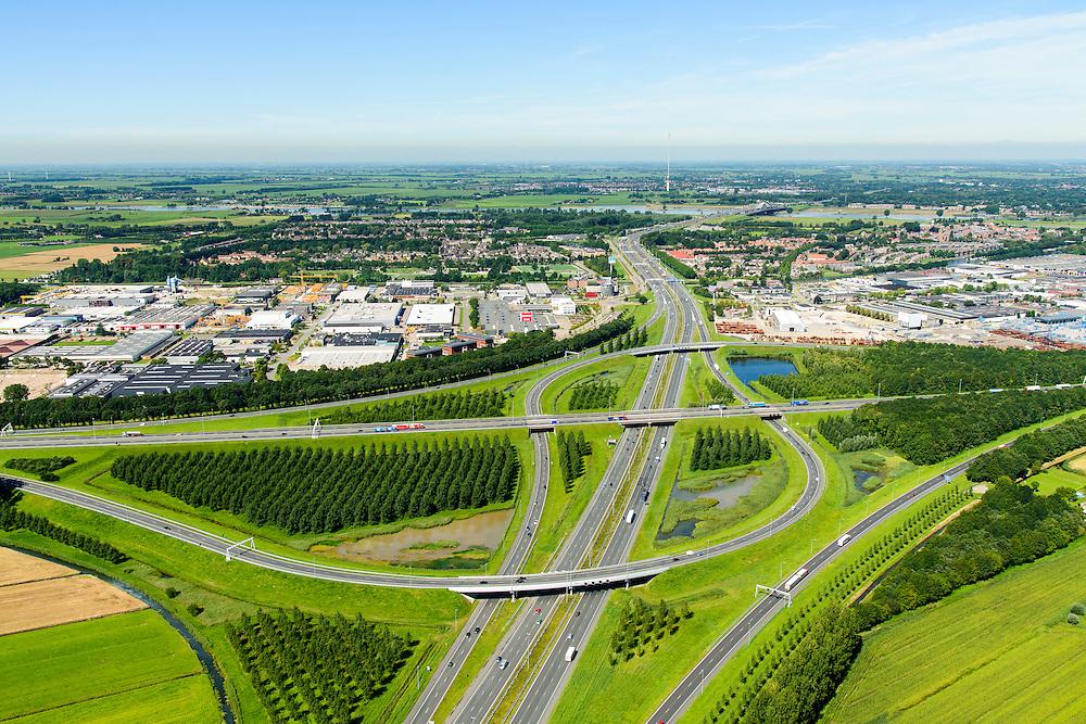 Nederland, Utrecht, Gemeente Vianen, 23-08-2016; Knooppunt Everdingen, aansluiting A27 (vlnr) en A2 (gezien naar het noorden, boven). Gedeeltelijk turbineknooppunt. Everdingen junction between motorway A2 en A2<br /> <br /> luchtfoto (toeslag op standard tarieven);<br /> aerial photo (additional fee required);<br /> copyright foto/photo Siebe Swart