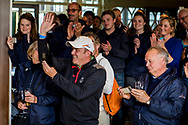 08-10-2017 - Foto van de finaledag van de Dutch Masters 2017, een European Senior Tour Event. Gespeeld op The Dutch in Spijk van 6 t/m 8 oktober.  Prijsuitreiking, Mike Morley, blije caddie van Clark Dennis