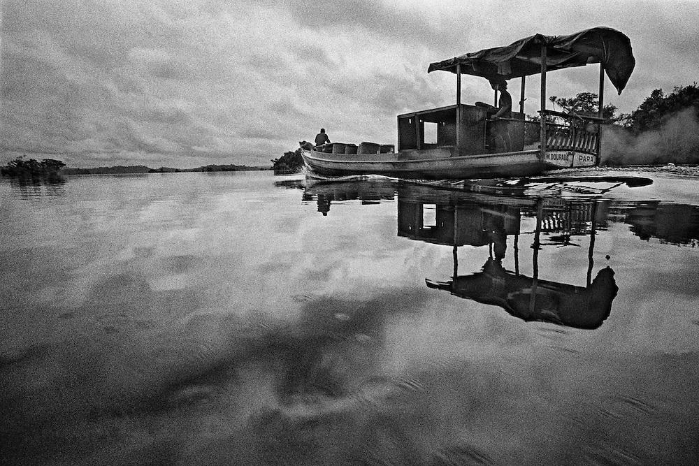 Brazil, rio xingu, para.<br /> <br /> Transport de gazoil a destination d'une colonie de garimpeiros.