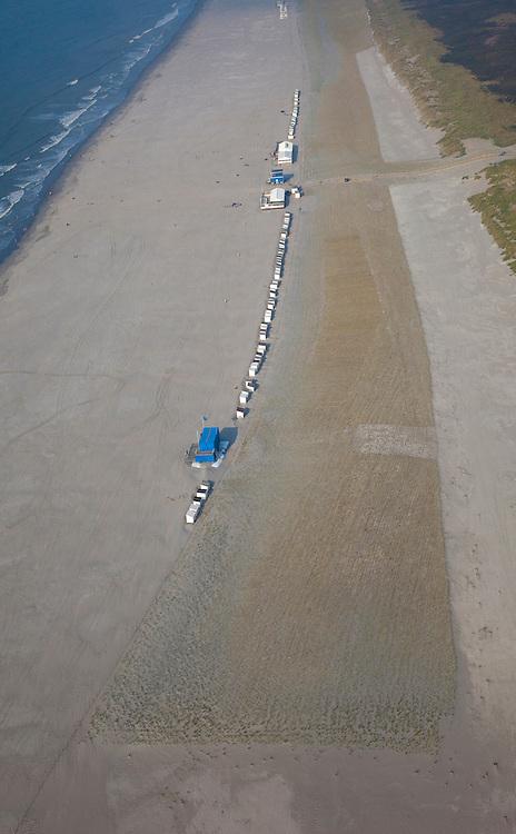 Nederland, Zuid-Holland, Delfland, 19-09-2009; het verbrede strand bij Hoek van Holland na de kustverbetering door middel van zandsuppletie; achter de badhuisjes en paviljoens  is helm aangeplant om een nieuwe duinenrij (en duinvallei)   creeren..The widened  beach at Hook of Holland, result of the strengthening of the coast by means of sand-supplementation; behind the small beach houses and pavilions, marram grass has been planted to make new dunes.luchtfoto (toeslag), aerial photo (additional fee required).foto/photo Siebe Swart