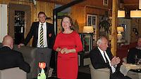 TEXEL - De Cocksdorp ;- NVGJ golfwedstrijd op golfbaan de Texelse. prijsuitreiking  . Manager Nanda Gerbers met Eric Korver (l) . COPYRIGHT KOEN SUYK