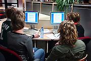 Nederland, Nijmegen, 9-3-2006..Studenten in de bibliotheek, studiecentrum van de hogeschool Arnhem Nijmegen, HAN. Werkgroep. Hoger onderwijs. Zelfstudie. Kleinschalig...Foto: Flip Franssen/Hollandse Hoogte