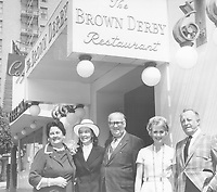 1971 Shirley Jones, Sally Cobb and Harry Sugarman with Hollywood's millionth visitors, Mr. & Mrs. Byran Harryman