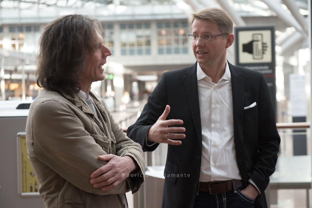 Hinz&Kunzt-Sozialarbeiter<br /> Stephan Karrenbauer (links) im<br /> GESPRÄCH mit Johannes<br /> Scharnberg von der Flughafenverwaltung.