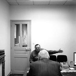 Chaque lundi, Jean-Louis Dumont tient une permanence de 3 heures pendant laquelle remontent les tracas du quotidien au sein de sa circonscription...octobre 2007..Photo : Antoine Doyen