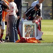 NLD/Amsterdam/20060623 - Robbie Williams voetballend bij de Arena Amsterdam, Robbie krijgt een schilderij