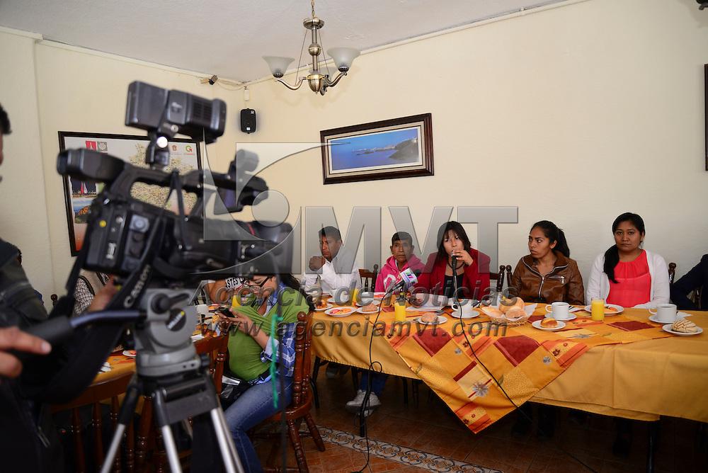 Toluca, Méx.- Militantes del PRD de Malinalco en conferencia de prensa denunciaron que desde hace cuatro meses la represión en contra del pueblo por negarse a reconocer el triunfo del PRI, al igual que despidieron a trabajadores del ayuntamiento por no apoyar al partido Revolucionario. Agencia MVT / Crisanta Espinosa