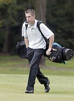 ARNHEM - Perry Gruber met draagtas.   Voorjaarswedstrijden Golf heren op de Rosendaelsche Golfclub COPYRIGHT KOEN SUYK