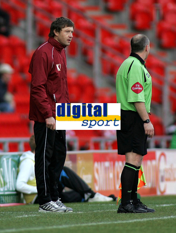 """Photo: Paul Thomas.<br /> Doncaster Rovers v Swansea City. Coca Cola League 1. 17/02/2007.<br /> <br /> """"Stand in"""" of Swansea Kevin Nugent (L) has words to the lines-man."""