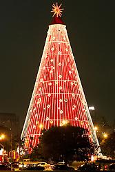 Muitas pessoas admiram a decoração de natal do Parque Ibirapuera em São Paulo. FOTO: Jefferson Bernardes/Preview.com