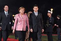 """24 MAR 2007, BERLIN/GERMANY:<br /> Jacques Chirac (L), Praesident Frankreich, Angela Merkel (M), CDU, Bundeskanzlerin, und Joachim Sauer (R), Ehemann von A. Merkel, gehen an einer Formation von  Soldaten des Wachbataillons der Bundeswehr mit Fackeln vorbei zu einem Abendessen auf Einladung des Bundespraesidenten, im Rahmen des Treffens der Staats- und Regierungschefs der Europaeischen Union  anl. des 50. Jahrestages der """"Roemischen Vertraege"""" <br /> IMAGE: 20070324-03-019<br /> KEYWORDS: Ehepartner"""