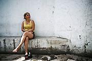 Una donna nel cortile interno di un convettillo nel quartiere La Boca a Buenos Aires, 4 marzo 2011. Foto Christian Mantuano / OneShot