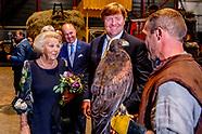 Koning en Prinses Beatrix bij theatervoorstelling De Stormruiter