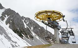 THEMENBILD - durch die Region in und um Innsbruck führen zahlreiche Wanderwege und -routen für alle Zielgruppen. Vom Familienwanderweg bis zu hochalpinen Touren ist für alle Naturbegeisterten etwas dabei. Im Bild ein Sessellift außer Betrieb // The region in and around Innsbruck lead numerous hiking trails and routes for all target groups. From the family hiking trail to high alpine tours, there is something for all nature enthusiasts. Innsbruck, Austria on2017/05/21. EXPA Pictures © 2017, PhotoCredit: EXPA/ Jakob Gruber