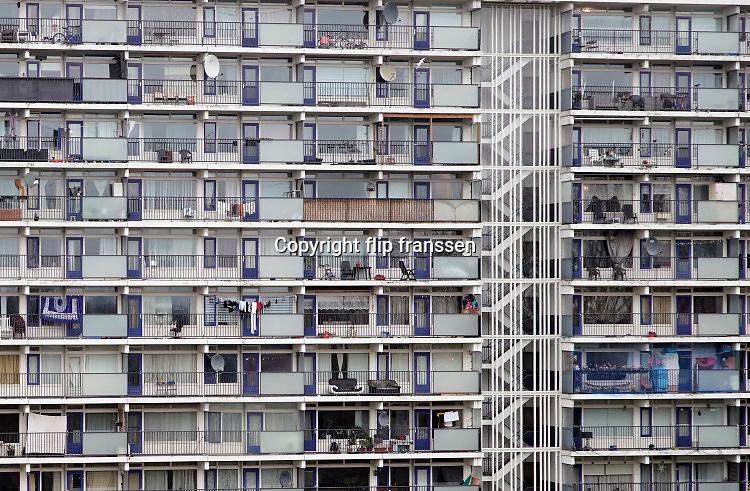 Nederland, Arnhem, 9-2-2020 Flatgebouw aan het Gelderseplein.  De woningbouwvereniging Vivare gaat de flats uit de jaren 70 renoveren . Foto: Flip Franssen