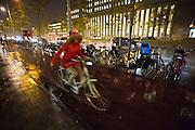 In Amsterdam rijden fietsers door de stromende regen.<br /> <br /> Cyclist riding in the rain in Amsterdam.