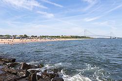 THEMENBILD - Staten Island ist einer der fuenf Stadtbezirke (Boroughs) von New York City. Im suedwesten der Stadt gelegen ist Staten Island sowohl der suedlichste Teil von der Stadt als auch vom Bundesstaate New York. Der Bezirk ist von New York getrennt durch den New York Bay, im Bild South Beach mit der Verrazano Narrows Bridge, Aufgenommen am 09. August 2016 // Staten Island is one of the five boroughs of New York City. In the southwest of the city, Staten Island is the southernmost part of both the city and state of New York. The borough is separated from New York by New York Bay. This picture shows South Beach with the Verrazano Narrows Bridge, New York City, United States on 2016/08/09. EXPA Pictures © 2016, PhotoCredit: EXPA/ Sebastian Pucher