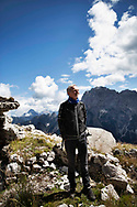 """Romano Bennet. Uno dei più importanti alpinisti italiani e mondiali davanti al ghiacciaio del Montasio. """"Io e mia moglie Nives siamo abituati a frequentare le grandi montagne del nostro pianeta, ma qui oggi dietro casa mi rendo conto che le cose stanno cambiando, lo vedo con i miei occhi"""". Friuli Venezia Giulia, Settembre 2020."""