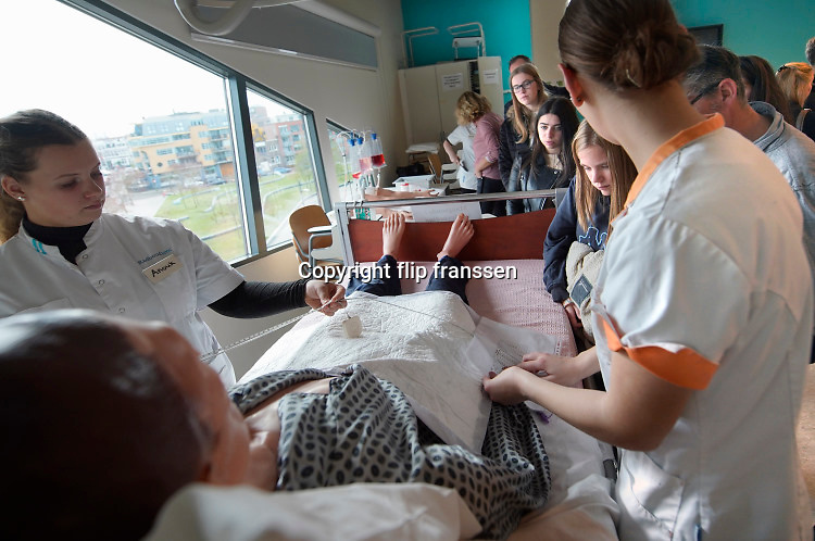 Nederland, Nijmegen, 23-11-2019Open dag ROC. Voor de opleidingen in de zorg, zorgsector,verpleging, was veel belangstelling, ook van volwassenen die als zij-instromers de gezondheidszorg in willen..Foto: Flip Franssen