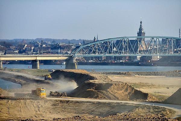 Nederland, Nijmegen,Lent,  6-3-2014Aan de overkant van de Waal bij Nijmegen wordt druk gewerkt aan het creeren van een nevengeul in de rivier om bij hoogwater een betere waterafvoer te hebben. Het is een omvangrijk project waarbij onder meer de pijlers van het spoorviaduct een bredere basis moeten krijgen omdat die straks in de loop van het water staan. Ook de n325 die vanaf de Waalbrug naar Arnhem loopt moet over 400 meter opnieuw worden aangelegd omdat het talud vervangen wordt door pijlers. De weg wordt via een bypass omgeleid. Het dorp veur-lent komt op een kunstmatig eiland te liggen.Measures taken by Nijmegen to give the river Waal, Rhine, more space to flow during highwater.Foto: Flip Franssen/Hollandse Hoogte