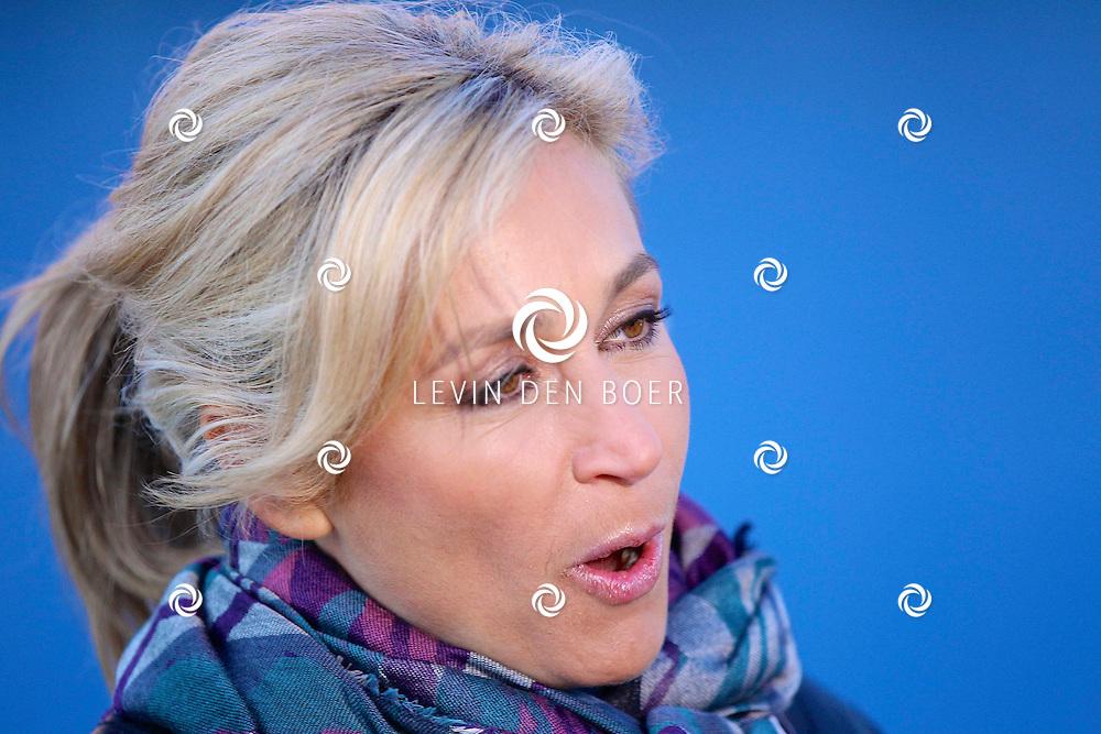 AMSTERDAM - Langs de A9 bij Schiphol heeft Wendy van Dijk haar reclamebord onthult van een nieuw seizoen Ushi & de Familie. FOTO LEVIN DEN BOER - PERSFOTO.NU