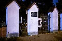Bialystok, 31.10.2020. Decyzja rzadu zostaly zamkniete - w zwiazku z gwaltownym wzorstem zakazen COVID-19 - na trzy dni wszystkie cmentarze w kraju N/z zamkniety najwiekszy w Bialymstoku Cmentarz Farny w godzinach wieczornych; w jednej z bram uchylona byla furtka fot Michal Kosc / AGENCJA WSCHOD