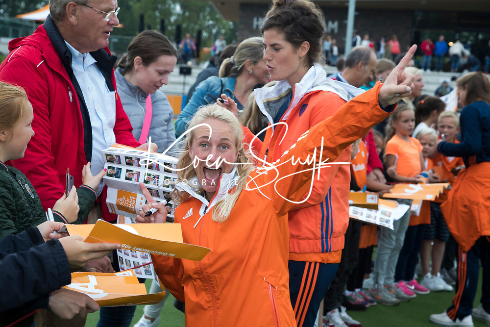 SCHIEDAM -Charlotte Vega (Ned) deelt handtekeningen uit    na de oefenwedstrijd tussen  de dames van Nederland en Belgie , in aanloop naar het  EK Hockey, eind augustus in Amstelveen. COPYRIGHT KOEN SUYK