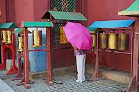 Mongolie, Oulan Bator, Monastere de Gandan (Gandantegchinlen Khiid), moulins a priere // Mongolia, Ulan Bator, Gandan monastery (Gandantegchinlen Khiid), prayer wheel