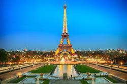 Torre Eiffel ao entardecer. A Torre Eiffel é uma torre treliça de ferro do século XIX localizada no Champ de Mars, em Paris, foi construída como o arco de entrada da Exposição Universal de 1889. FOTO: Jefferson Bernardes/ Agência Preview