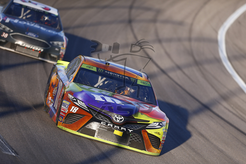 October 22, 2017 - Kansas City, Kansas, USA: Kyle Busch (18) battles for position during the Hollywood Casino 400 at Kansas Speedway in Kansas City, Kansas.