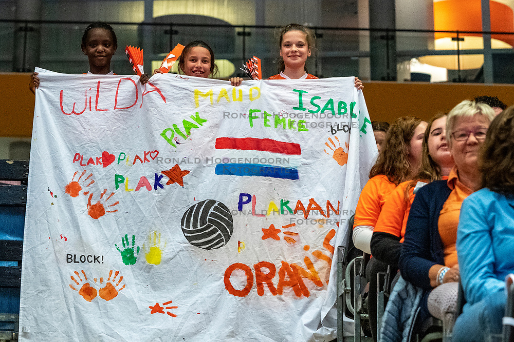 28-05-2019 NED: Volleyball Nations League Netherlands - Brazil, Apeldoorn<br /> <br /> Support Dutch Holland Orange flag banner