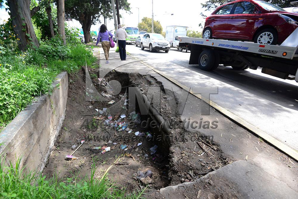 Lerma, México (Octubre 16, 2016).- Un tramo de banqueta ubicado en Paseo  Tollocan, en la entrada del Parque Industrial Santa Rosa, se ha ido deteriorando, dejando un tramo pequeño para que sea utilizado por los peatones.  Agencia MVT / Crisanta Espinosa.
