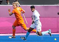 LONDEN - Roderick Weusthof in duel met de Indier VR Raghunath, maandag in de hockey wedstrijd tussen de mannen van Nederland en India (3-2) tijdens de Olympische Spelen in Londen .ANP KOEN SUYK