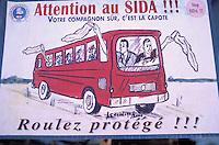 Mali - Djenne - Peinture pour la lutte contre le Sida à l'arriere d'un bus